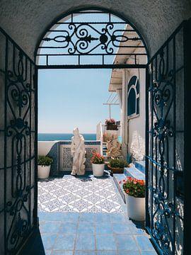 Italienische Tür mit Durchblick auf blaue Blumenterrasse und das Mittelmeer von Michiel Dros