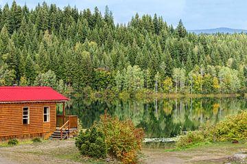 Blokhut met schilderachtige reflecties op Dutch Lake,  British Columbia, Canada. van Mieneke Andeweg-van Rijn
