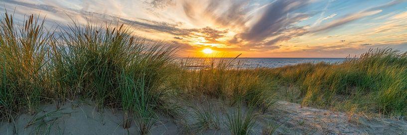 zonsondergang met de duinen en de Noordzee van eric van der eijk