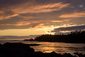 Warme zonsondergang boven baai van Arjen Tjallema