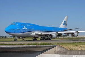 Die KLM Boeing 747-400M combi, die PH-BFV, lackiert in ihrer neuesten Lackierung, rollt in Richtung