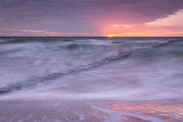 Buhnen im Meer im Abendlicht von Tobias Luxberg