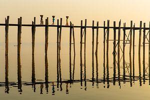 Trois femmes marchant au lever du soleil sur le célèbre Pont Upain dans le pont Mandelay Myanmar.Le  sur Wout Kok