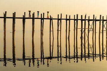 Drie vrouwen lopen bij zonsopgang over de beroemde  U Pain bridg van Wout Kok