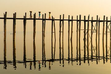 Drei Frauen bei Sonnenaufgang über dem berühmten U Schmerz-Brücke in Mandelay Myanmar.De Brücke zu F von Wout Kok