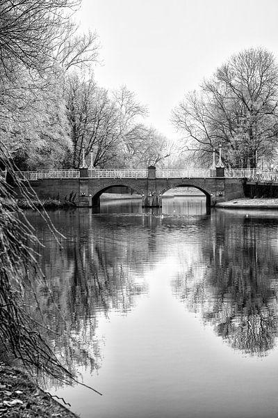 De Abstederbrug in Utrecht in zwartwit in de winter. van De Utrechtse Grachten