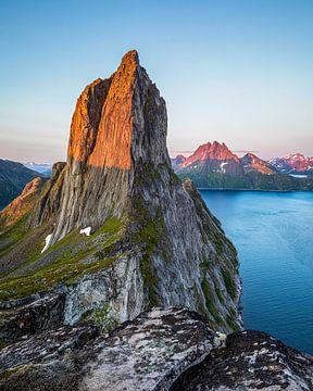Le mont Segla, illuminé par le soleil de minuit sur Karla Leeftink