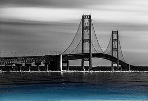 Brücke über dem blauen Wasser