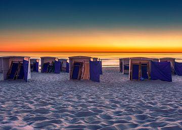 Strandhuisjes bij zonsondergang van Patrick Herzberg