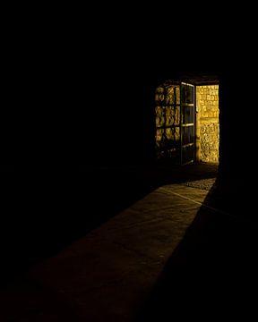 Licht durch Tür in Dubrovnik (Kroatien) von Marcel Kerdijk