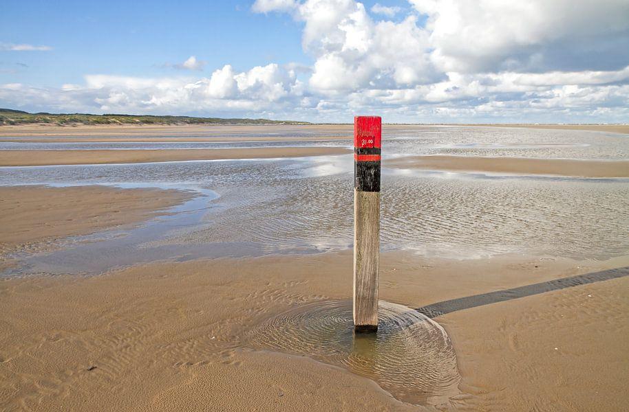 Strandpaal op Texel / Texel beach. van Justin Sinner Pictures ( Fotograaf op Texel)