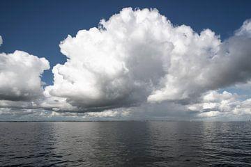 Cumuluswolken über dem IJsselmeer von Peter Bartelings