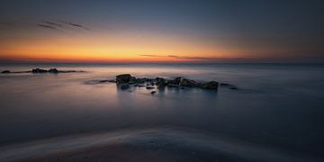 Strand, rotsen en zonsopkomst von Jenco van Zalk