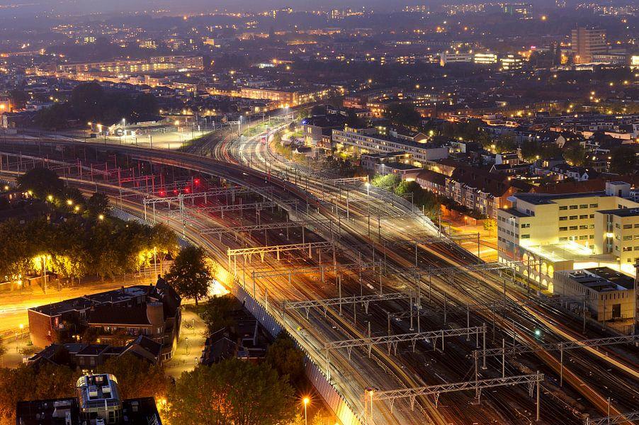Zicht op Pijlsweerd en Ondiep in Utrecht met treinsporen op de voorgrond van Donker Utrecht