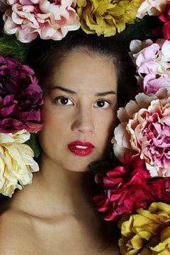 Portret van een vrouw met bloemen van Iris Kelly Kuntkes