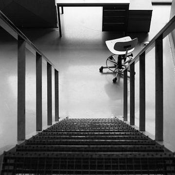 Stoel bij trap. van jelmer ten hoeve