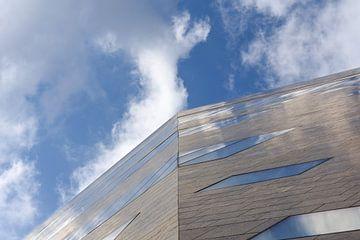 Groninger Forum bij wolkenlucht van Max ter Burg Fotografie