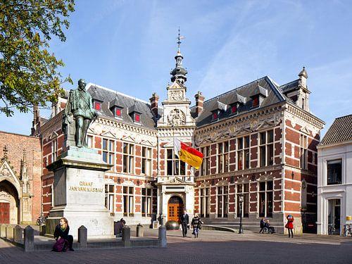 Feestelijk Academiegebouw Universiteit Utrecht met wapperende vlag