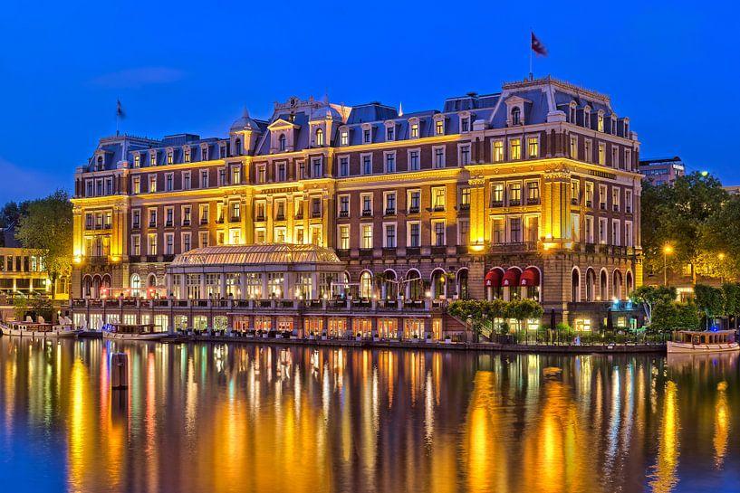 Amstel Hotel in de avond van Bob de Bruin