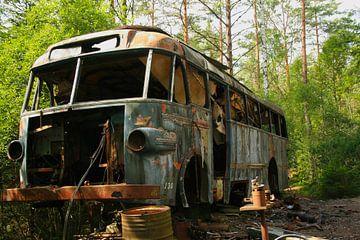 Bus am Autofriedhof von Kvinne Fotografie