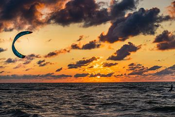 Surfen in een zonsondergang op een strand landschapsfotografie van Photography by Naomi.K