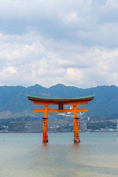 Torii poort in de zee in Japan van Mickéle Godderis