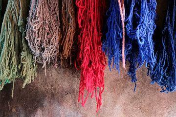 Gefärbte Wolle in Marrakech, Marokko von Ingrid Meuleman