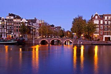 Amsterdam bij avond aan de Amstel in Nederland van Nisangha Masselink