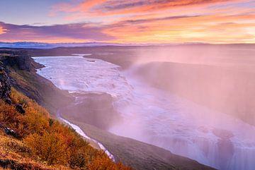 Zonsopkomst bij de waterval Gullfoss in IJsland van Ellen van den Doel