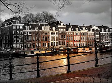 Amsterdam, zonnestraal op een sombere Amstel von Robert-Jan van Lotringen