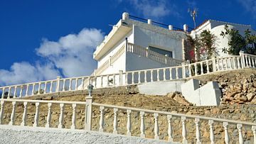 Luxueuse villa blanche sur une colline avec une clôture en pierre blanche sur la Costa Blanca