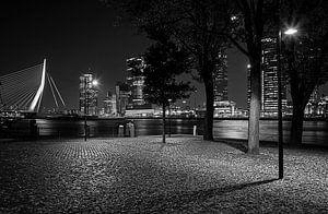Rotterdam parkkade in zwart wit bij nacht