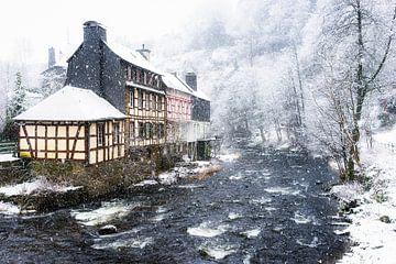 Monschau tijdens hevige sneeuwval van Etienne Hessels
