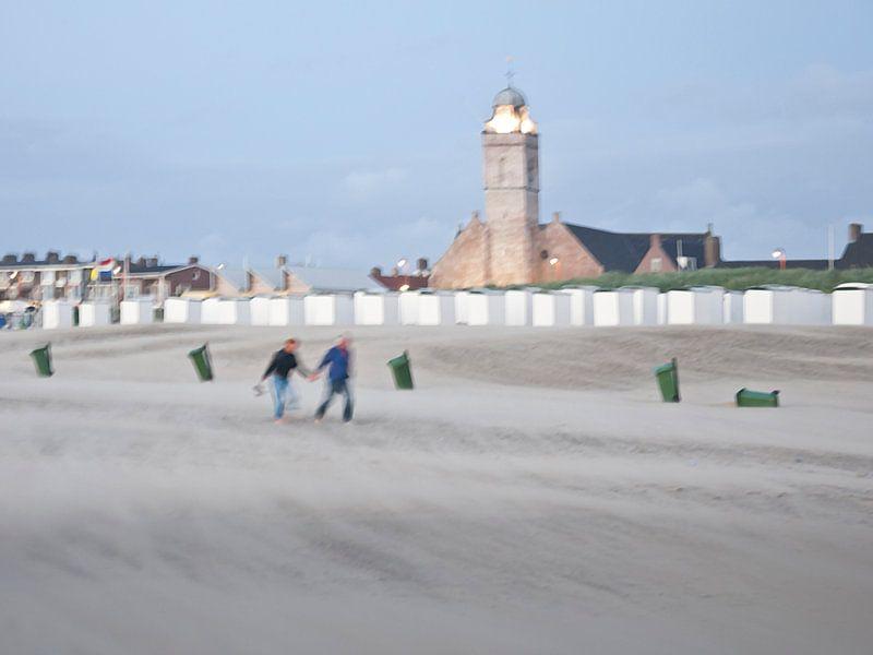 Beach walkers van Fons Bitter