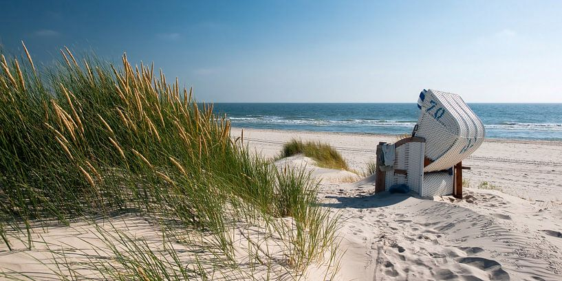 Noordzee - Strandstoel met stralend Duingras van Reiner Würz / RWFotoArt