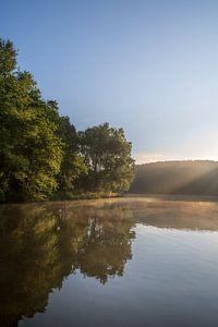 Rayons de soleil pendant le lever du soleil dans le Cranenweyer sur John van de Gazelle