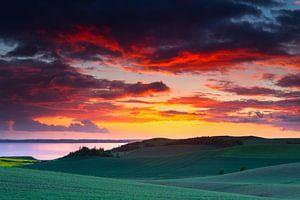 Zonsondergang boven heuvellandschap van