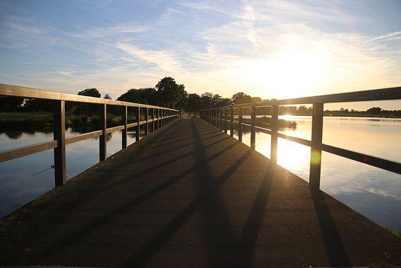 Zonsondergang achter de brug