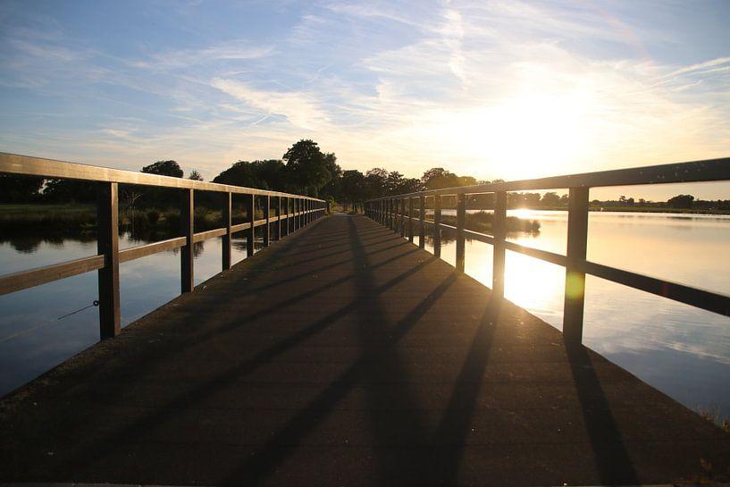 Zonsondergang achter de brug  van Raymond Hofste