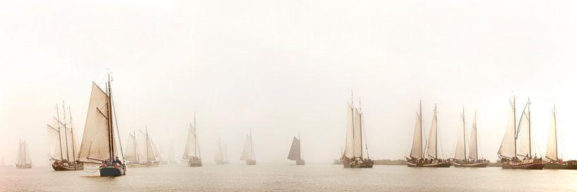 Boote der Braunen Flotte im Nebel bei Enkhuizen von Frans Lemmens