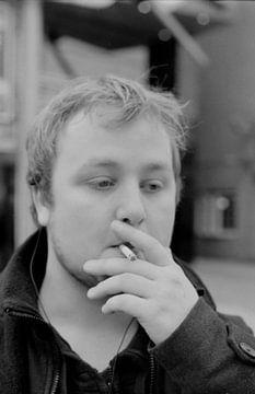 Jongen rookt sigaret van Melvin Meijer