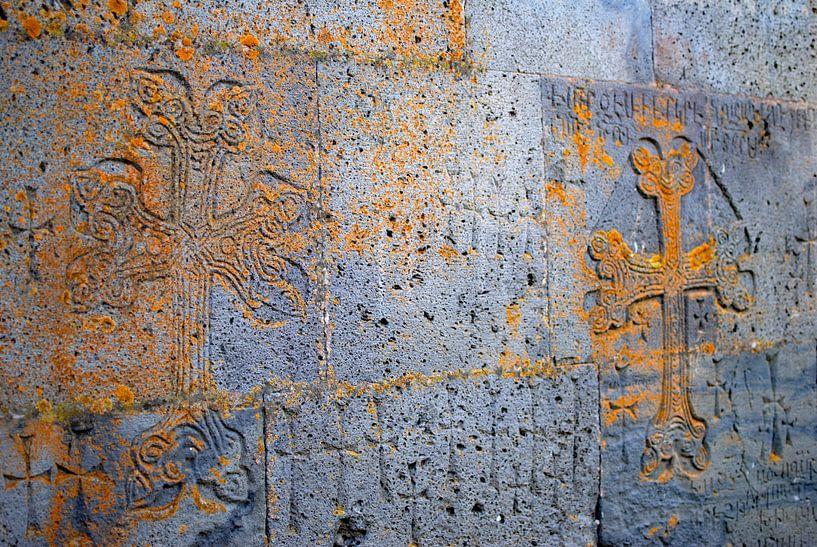Armeens kruis uitgesneden in kerkmuur van Anne Hana
