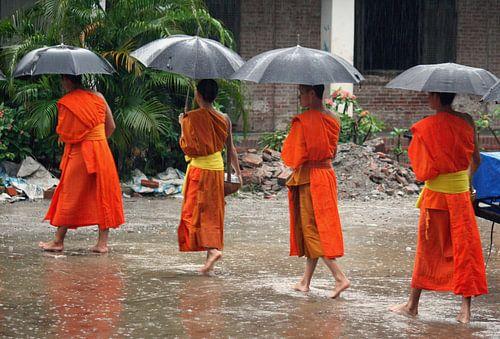Bedelende monniken in Luang Prabang van Gert-Jan Siesling