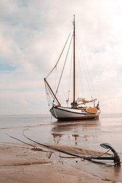 Gestrandetes Boot bei West-Terschelling von Youp Lotgerink