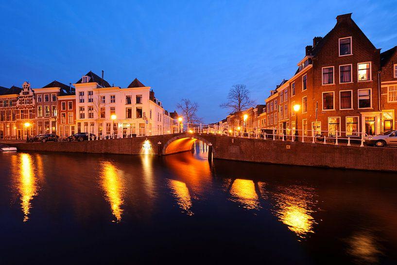 Het Rapenburg met de Sint Jeroensbrug in Leiden van Merijn van der Vliet