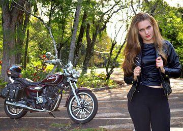 Mädchen mit Motorrad