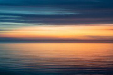 Abstracte zonsondergang zee met intense kleuren van Ellis Peeters