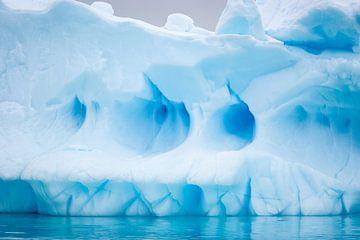 Blauw ijssculptuur van