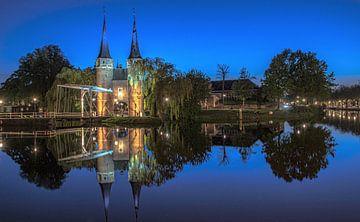 delft blue hour oostpoort reflectie spiegel zuid holland avond fotografie van Marco van de Meeberg