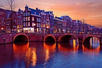 Amsterdam aan de Brouwersgracht in Nederland bij zonsondergang sur Nisangha Masselink